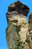Kleine Bergsteiger auf überhängender Klippe Lizenzfreie Stockbilder