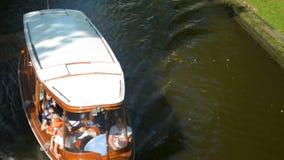 Kleine Bettfähre, die Touristen im Riga-Stadtzentrum in einem sonnigen Sommerwochenende transportiert stock footage