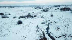 Kleine bevroren rivier Luchtmeningslandschap stock footage