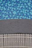 Kleine blaue Fliesen des Swimmingpools, Kieselrand und Abflussabdeckung Lizenzfreies Stockbild