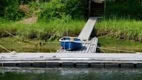 Kleine blauwe boot op dok Royalty-vrije Stock Fotografie