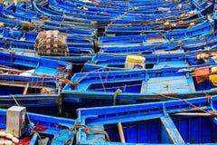 Kleine blauwe boten in de haven van Essaouira Stock Afbeeldingen