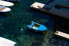 Kleine blauwe die boot in een jachthaven in Dubrovnik wordt vastgelegd stock foto