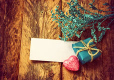 Kleine blauwe giftdoos, roze hart, takdecor, lege markering Royalty-vrije Stock Afbeelding