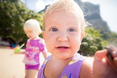 Kleine blonde Babynahaufnahme Stockbilder