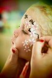 Kleine blonde blauäugige Mädchengesichtsmalerei Lizenzfreies Stockbild