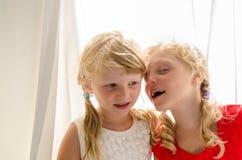 Kleine blonde Mädchen im roten und weißen Kleid Stockbild