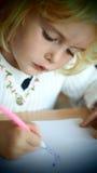 Kleine blonde Mädchenzeichnung Stockfotos
