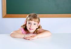 Kleine blonde Studentin der Kinder auf Klassenzimmer Lizenzfreie Stockfotos