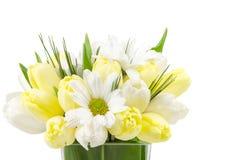 Kleine Blumenanordnung auf Weiß Stockfotos