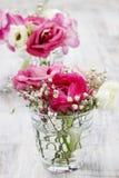 Kleine Blumensträuße in den Glasvasen. Heiratende Blumendekorationen stockfotografie