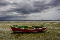 Kleine boot aan de grond Stock Foto