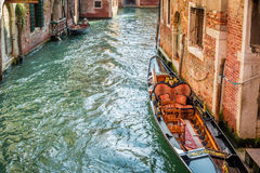 Kleine boot aan de pijler dichtbij het huis wordt vastgelegd dat Royalty-vrije Stock Afbeelding