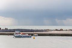 Kleine boot in baai wordt vastgelegd die. stock afbeelding