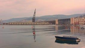 Kleine boot bij de strandboulevard van Triëst stock video