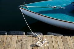 Kleine boot bij dok Stock Foto's