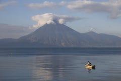 Kleine boot bij het meer royalty-vrije stock fotografie