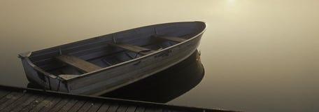 Kleine boot bij Zonsopgang Royalty-vrije Stock Afbeelding
