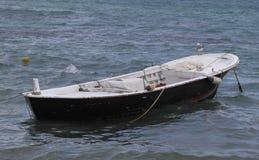 Kleine boot in de rivier Stock Foto