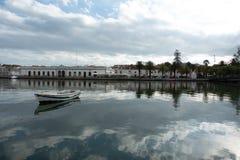 Kleine boot in de rivier de overgang stad wordt vastgelegd die stock foto