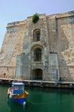 Kleine boot dichtbij het fort stock afbeeldingen