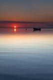 Kleine boot die bij de stijgings kalme overzees van de strandzon legt Royalty-vrije Stock Foto