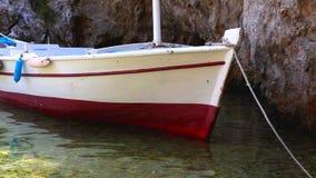 Kleine boot die in het ondiepe overzees wordt verankerd stock video