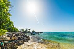 Kleine boot die in het strand van Rozijnenclairs in Guadeloupe wordt vastgelegd royalty-vrije stock afbeeldingen