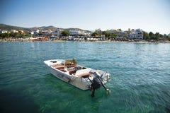 Kleine boot die in kristaloverzees wordt verankerd Royalty-vrije Stock Foto's
