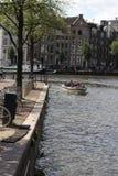 Kleine boot die op Amstel in Amsterdam naderbij komen Royalty-vrije Stock Afbeeldingen