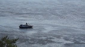 Kleine boot die op een rivier drijven stock footage