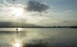 Kleine boot die op het meer varen stock afbeeldingen