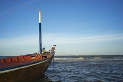 Kleine boot die op het overzees drijven Royalty-vrije Stock Afbeelding