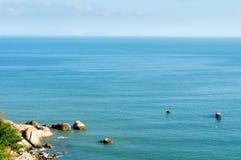 Kleine boot die op het overzees, het schiereiland van Zoonstra, DA vissen nang, Vietnam Stock Afbeeldingen