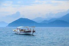 Kleine boot in het overzees in marmaris, Turkije stock foto's