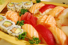 Kleine boot met sushi v2 Royalty-vrije Stock Afbeeldingen