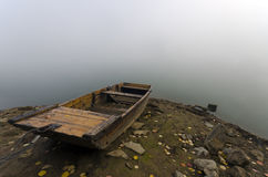 Kleine boot op de meerkust Stock Afbeelding
