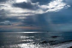 Kleine boot op de oceaan bij schemer Royalty-vrije Stock Foto