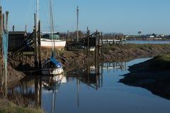 Kleine boot op de rivier Stock Fotografie