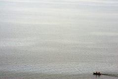 Kleine boot op een meer Stock Afbeelding