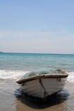 Kleine boot op het strand Stock Foto's