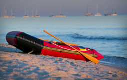 Kleine boot op strand: GN Stock Afbeelding