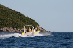 Kleine boot op veranderlijk water Stock Fotografie