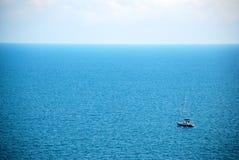 Kleine boot op zee Stock Afbeelding