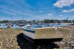 Kleine boot in sainte-Mariene haven in Bretagne, Frankrijk stock foto