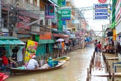 Kleine boot tijdens de moesson die in Thailand overstroomt royalty-vrije stock foto