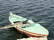 Kleine boot voor visserij die door netto wordt gebruikt stock afbeeldingen