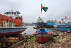 Kleine Boote üben auf dem Buriganga bei Sadarghat aus lizenzfreie stockfotografie