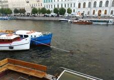 Kleine Boote auf dem Fluss nahe Damm lizenzfreies stockfoto