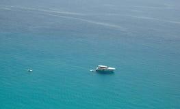 Kleine Boote auf dem haarscharfen Meer Lizenzfreies Stockbild
